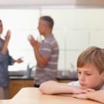 triste-nino-escuchando-a-sus-padres-teniendo-una-discusion_13339-225657