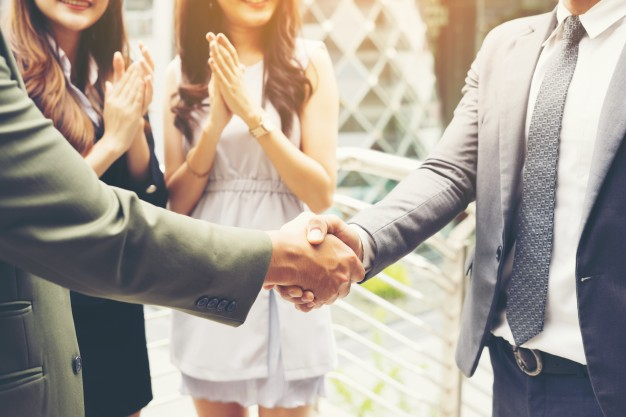 gente-de-negocios-agitando-las-manos-terminando-un-acuerdo-de-exito-de-la-reunion_1150-2552