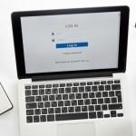 portatil-abierto-con-un-registro-en-el-gafas-suministros-de-oficina_1163-2757
